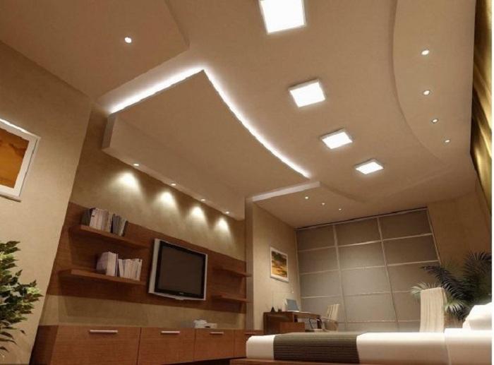 Отменный вариант декорирования комнаты при помощи гипсокартонных стен и отделка потолка.