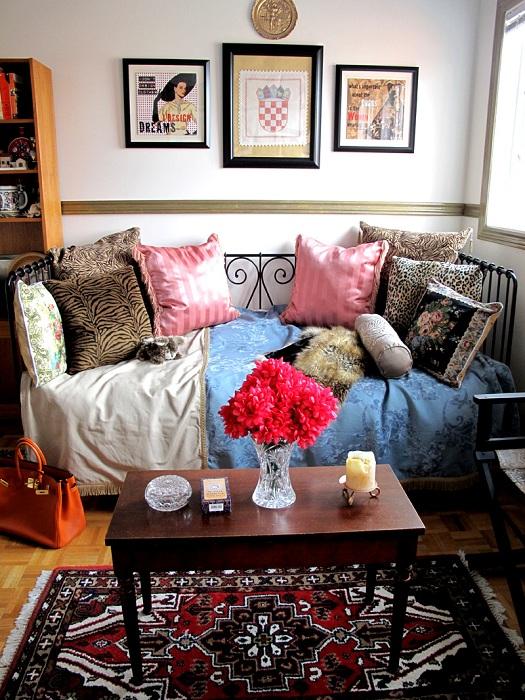 Интересные яркие фрагменты в деталях комнаты - просты и необыкновенны одновременно.