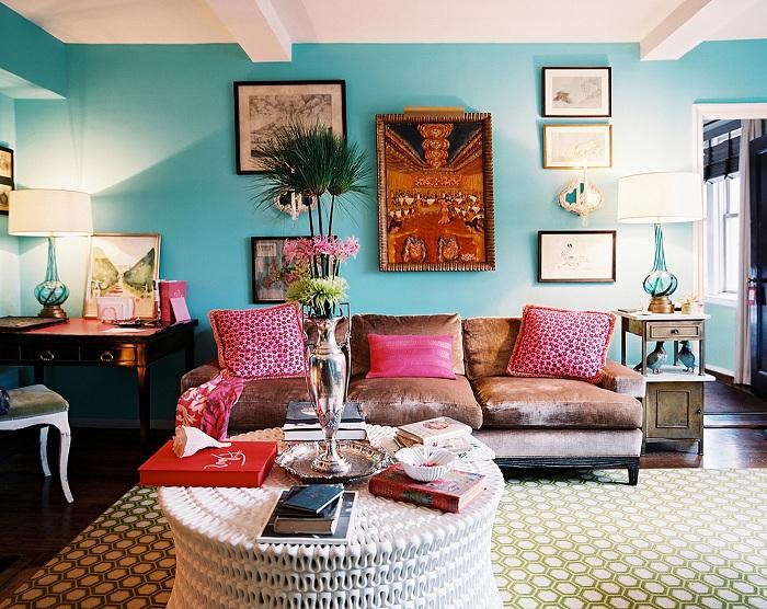 Яркие стены и подушки, которые украсят интерьер в стиле бохо.