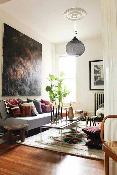 Шикарное полотно на стене создает невероятную обстановку в комнату.