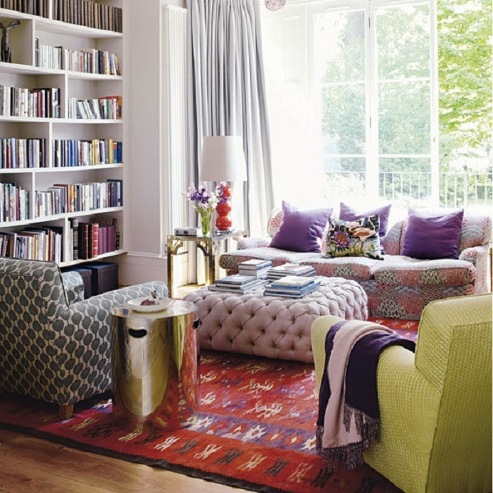 Комната для чтения с яркими элементами декора - комната для души.
