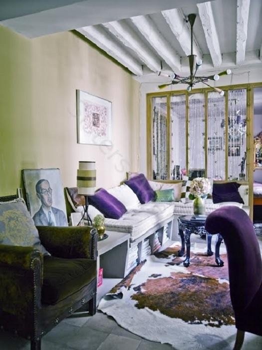 Интерьер гостиной в фиолетово-салатовых тонах, порадует глаз каждого.