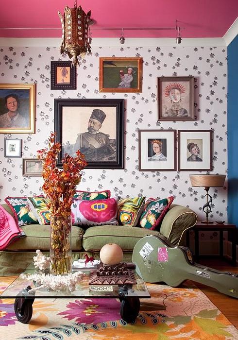 Симпатичный интерьер в стиле бохо с ярким потолком и необычным диваном - то что нужно.