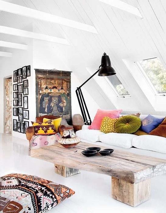 Отличное оформление гостиной в стиле бохо с мансардным окном.