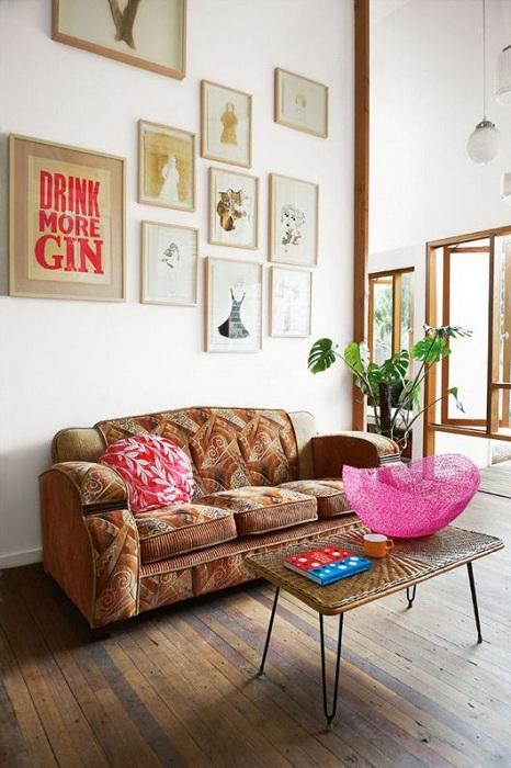 Стиль бохо богат на детали, в этой комнате акцент на картинах.