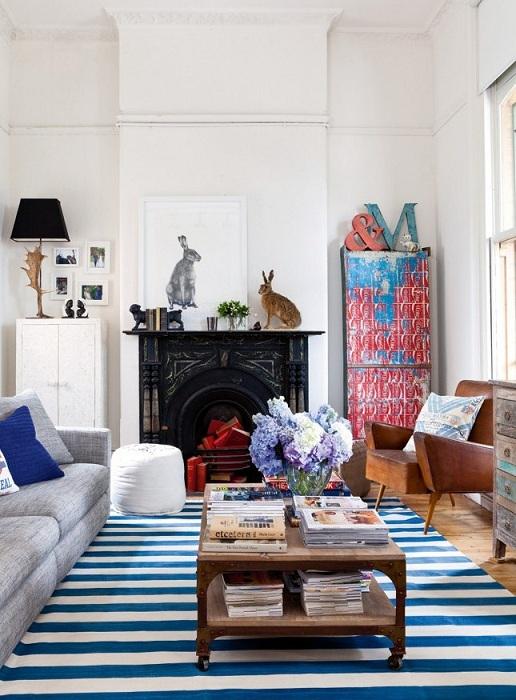 Полосатый коврик на полу - отличное украшение для комнаты, создает определенный стиль в интерьере.