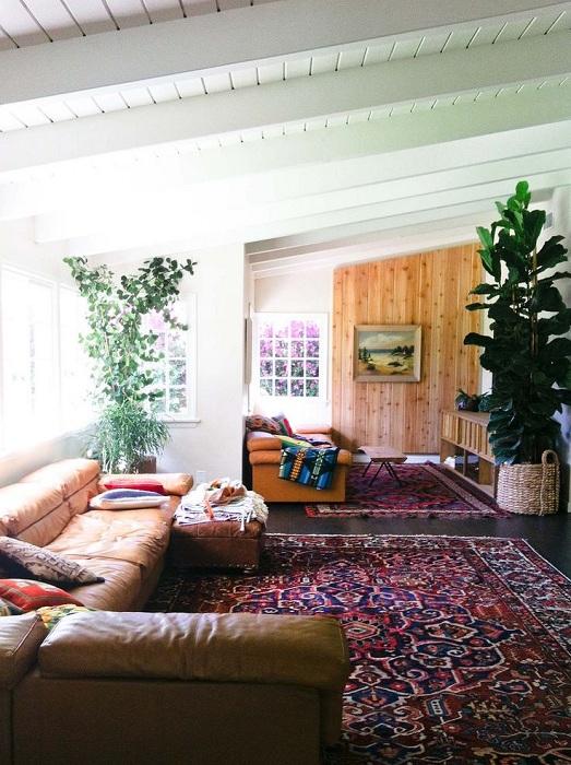 Красивый ковер, которым укутан весь пол - прекрасное дополнение к комнате.