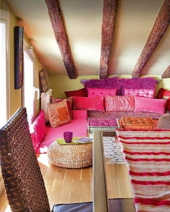 Прекрасный вариант оформления спальной в ярко-розовом и фиолетовом цветах.