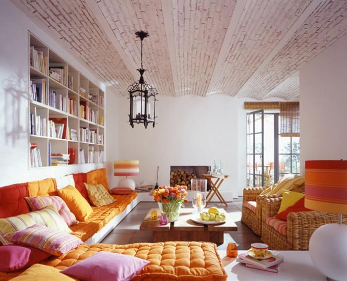 Отличный вариант оформления комнаты в морковном цвете.