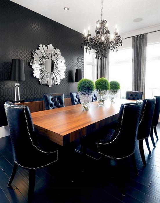 Благодаря смелым черным стенам и элегантной мебели, такой интерьер выглядит изыскано.