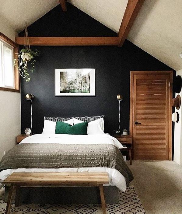 Оформление мансардной спальни с темной стеной - отличное решение для декорирования.