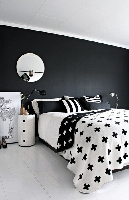 Отличный вариант декорирования спальной в колоритных и контрастных черно-белых тонах.