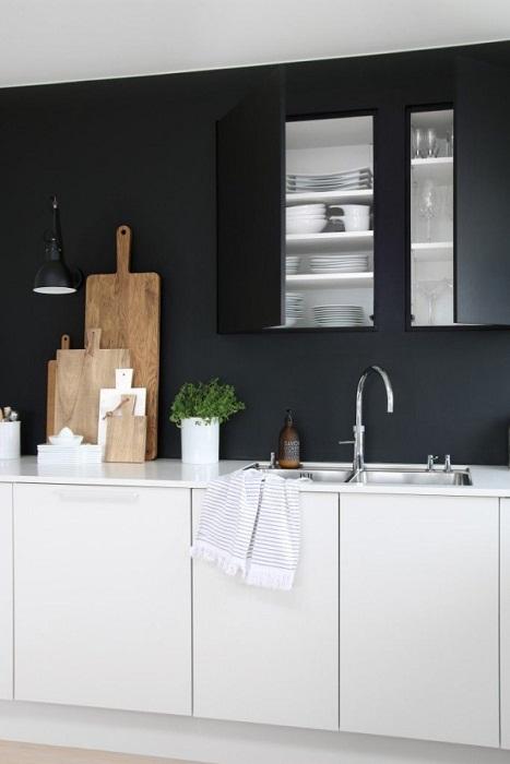 Интересное решение - декор кухни в черно-белой цветовой палитре.