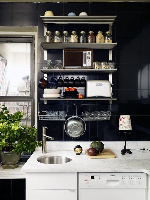 Кухня в нестандартном черно-белом исполнении.