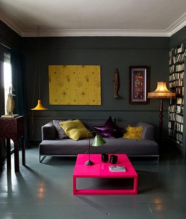 Интересный интерьер гостиной с контрастными цветами.