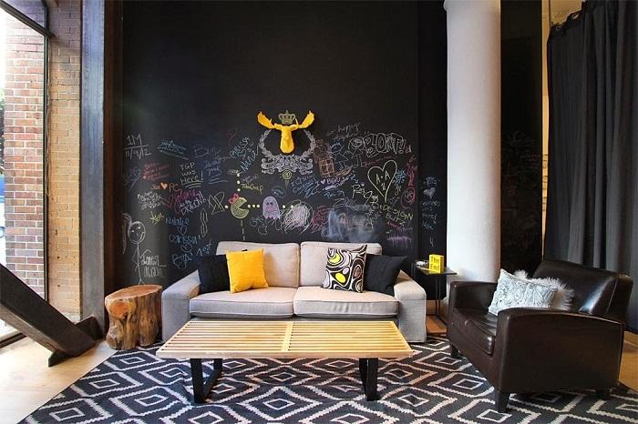Чёрно-белый декор этой небольшой гостиной, позволил создать домашнюю обстановку.