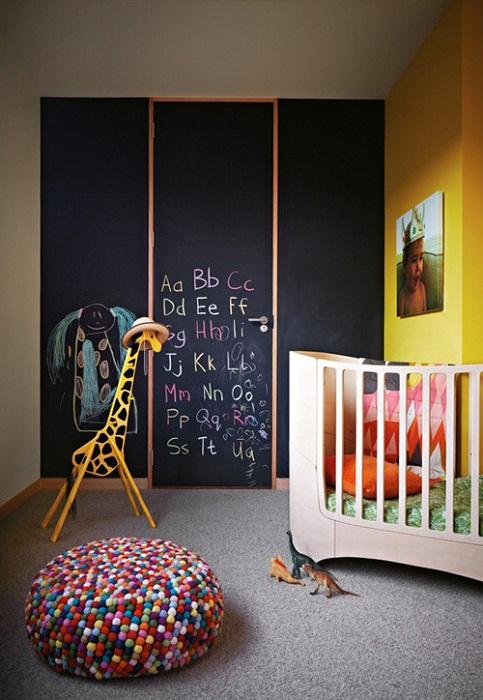 Невероятный интерьер в детской создан с помощью крутого решения в декорирования с темной стеной.