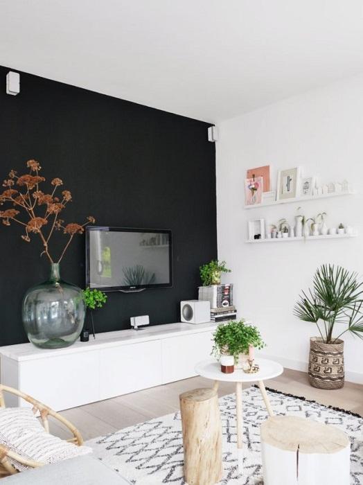 Черная стена в сочетании с белыми элементами декора выглядит контрастно и необычно.
