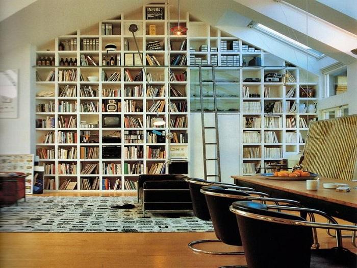 Прекрасная комната оснащена большим количеством полок с книгами, что придает ей особый вид.