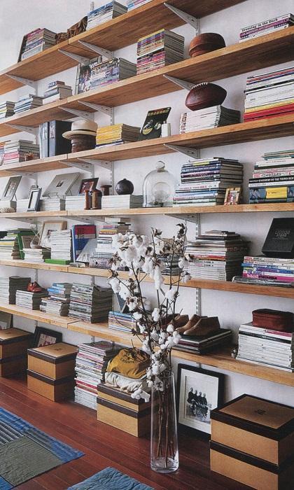 Деревянные полки как одни из лучших и прекрасных элементов декора в современной комнате.