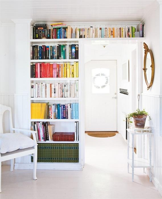 Белоснежная комната с книжным полками заполнена яркими и прекрасными литературными шедеврами.