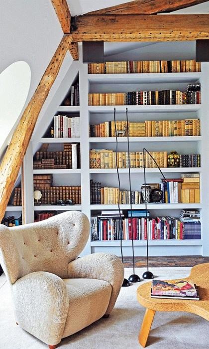 Деревянные мотивы с белыми тонами интерьера и мягкой мебелью - это шикарное сочетание для оформления уютной комнаты.