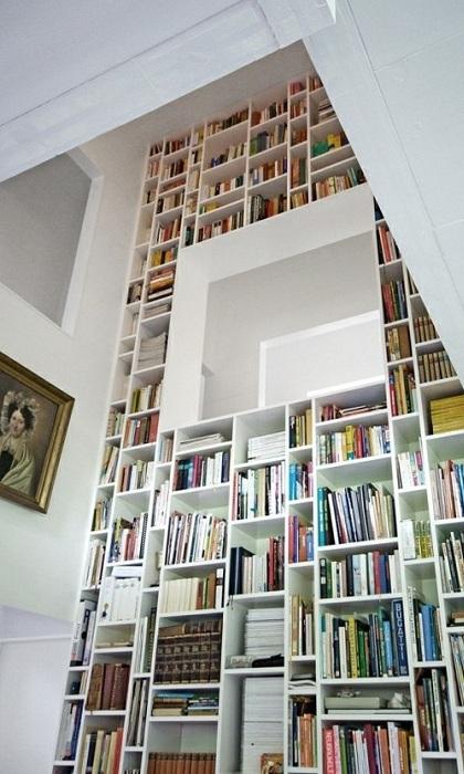 Бесконечно высокая комната с красивыми белоснежными полками усеянными литературой.