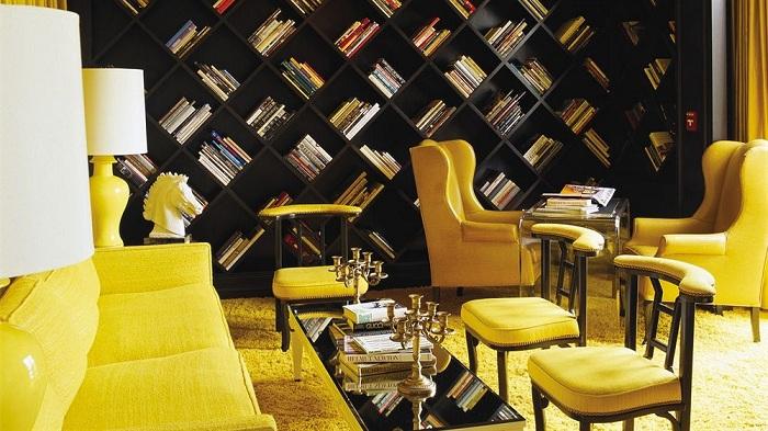 Особый интерьер комнаты в желтых тонах в сочетании с темными полками просто отличен и прекрасен.