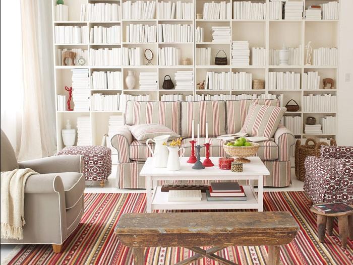 Сочетание тонких линий в мебели и светлых тонов книг, книжных полок подчеркнут необычное решение и всю красоту комнаты.