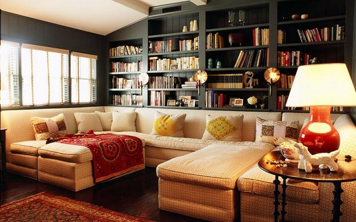 Цветная и яркая комната с оттенками черного в книжных полках - это уникальное и прекрасное сочетание цветовой гаммы.