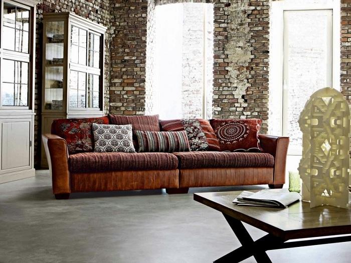 Соединение разных стилей - кантри в текстиле и классики в мебели вкупе с оригинальными стенами создают индивидуальный облик комнаты.