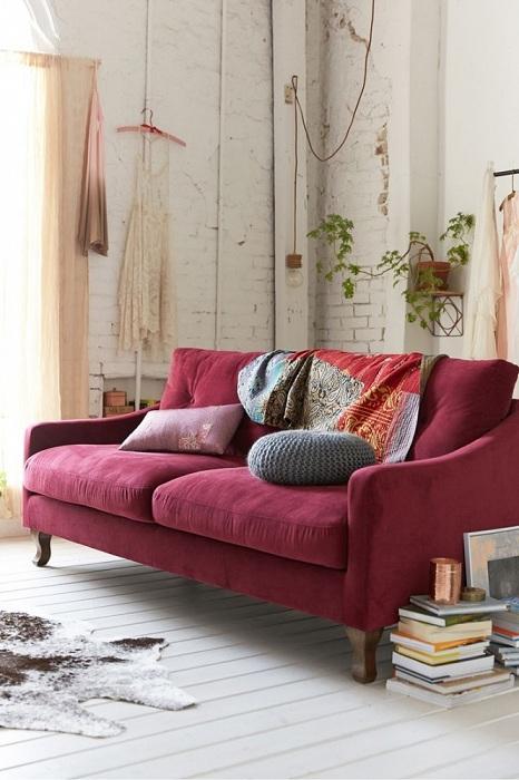Прекрасный бордовый цвет способен сделать всю комнату красивой и стильной.