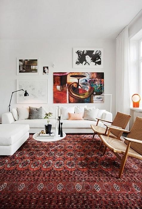 Яркие пятна бордового цвета в комнате, наполненной белой мебелью и оттенком беж добавляют комнате индивидуальности.