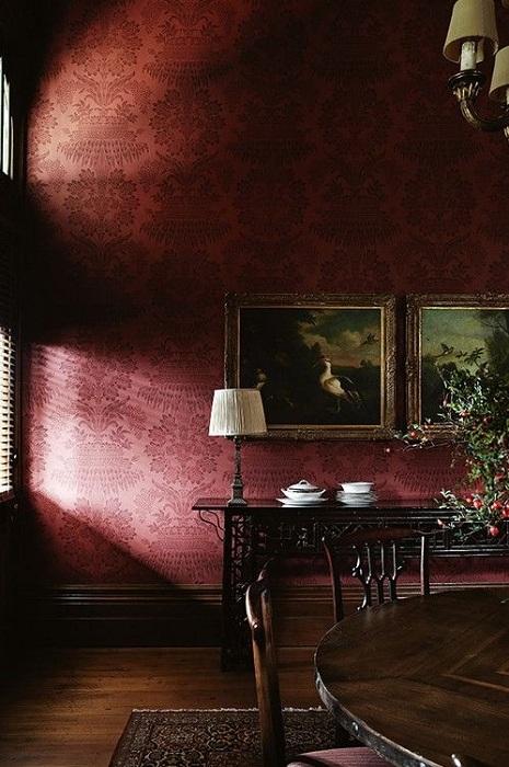 Классический интерьер с шелковыми обоями цвета красного вина превратит комнату в драгоценную шкатулку, устланную дорогим шелком.
