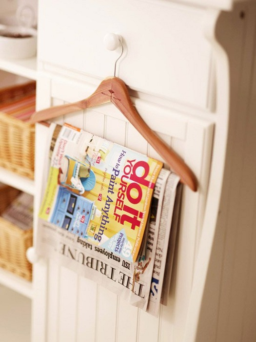 Вешалка может послужить отличным держателем для газет, журналов и кассет.