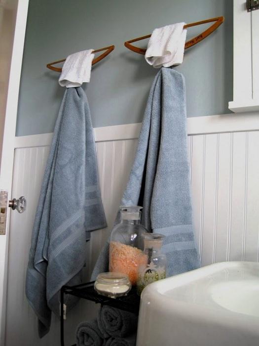 linda decisión de crear un ambiente óptimo en el baño usando perchas convencionales.