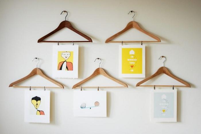 Простая картинная галерея на обычных вешалках для одежды, то что выглядит просто и элегантно.
