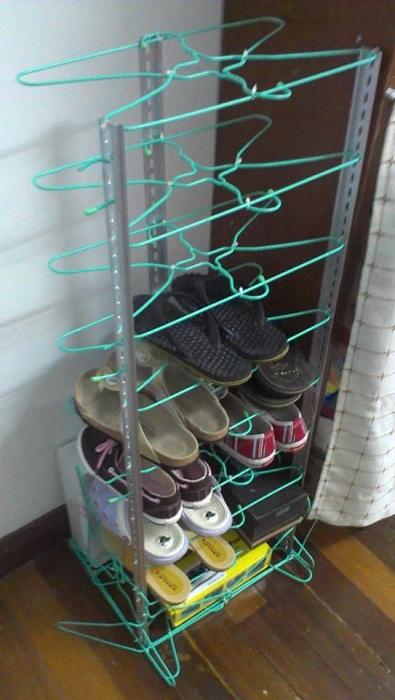 Удачное решение создать подставку для обуви из обычных вешалок, то что понравится определенно.