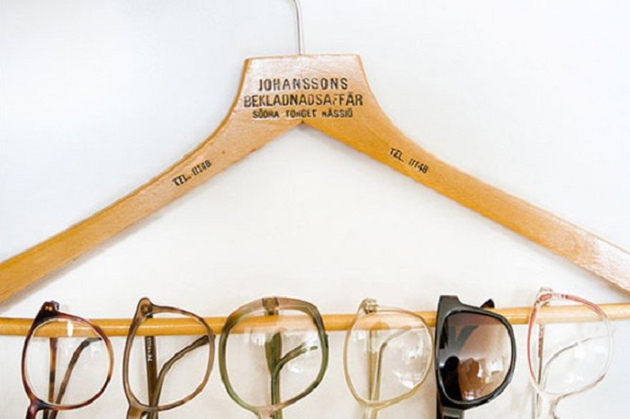 На обычной вешалке для одежды возможно разместить множество очков, даже целую их коллекцию.