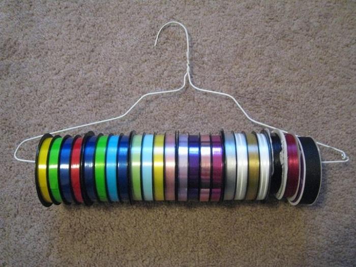 Удобным вариантом хранения коллекции лент - станет размещение их на вешалке.