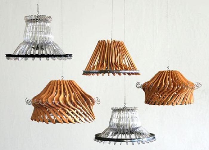 linda manera de utilizar perchas convencionales, será la creación de lámparas de araña innovadoras con su ayuda.