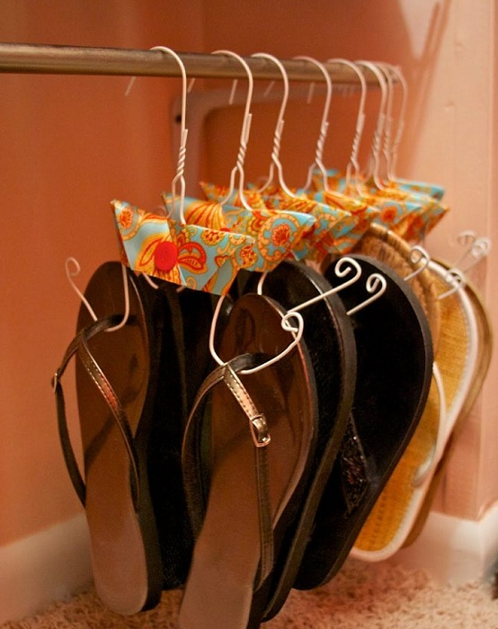 Интересный и простой вариант разместить на вешалках летнюю обувь.