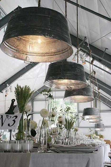 Один из самых простых и прекрасных вариантов перепрофилирование оцинкованного ведра в светильник.