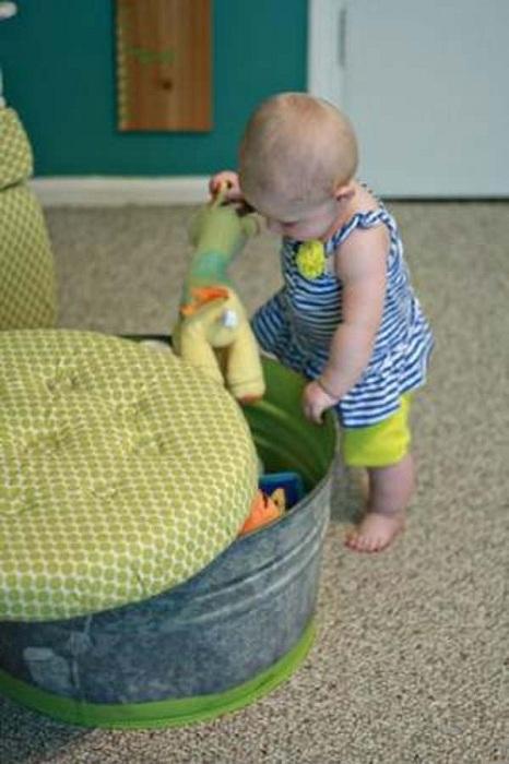 Хороший вариант для создания табурета в ярких тонах, позволит хранить любимые игрушки в нем.