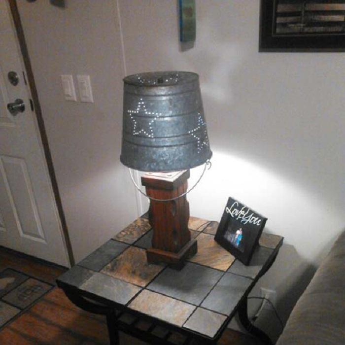 Простой интерьер украшает лампа, которая сделана из старого оцинкованного ведра.