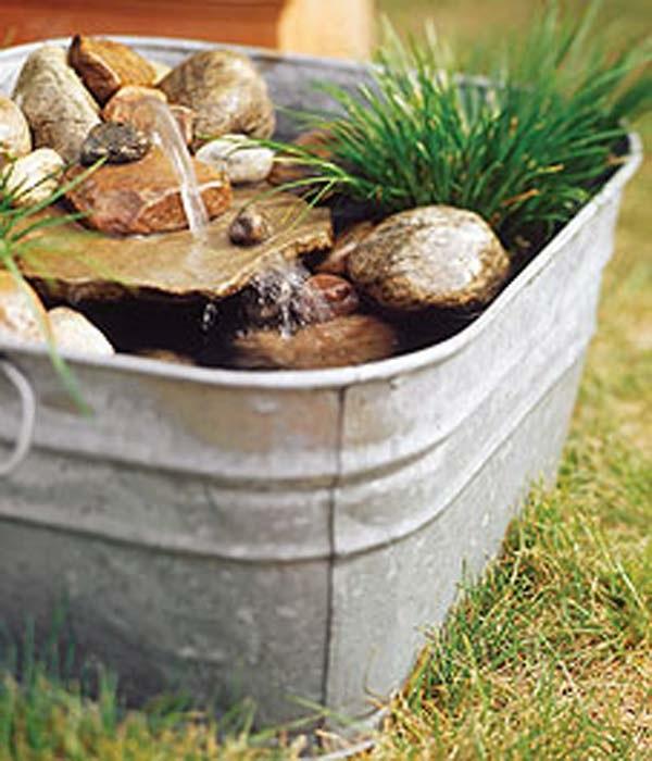 Во дворе около дома возможно создать небольшой фонтанчик, а соорудить его можно при помощи оцинкованного ненужного ведра или ванны.
