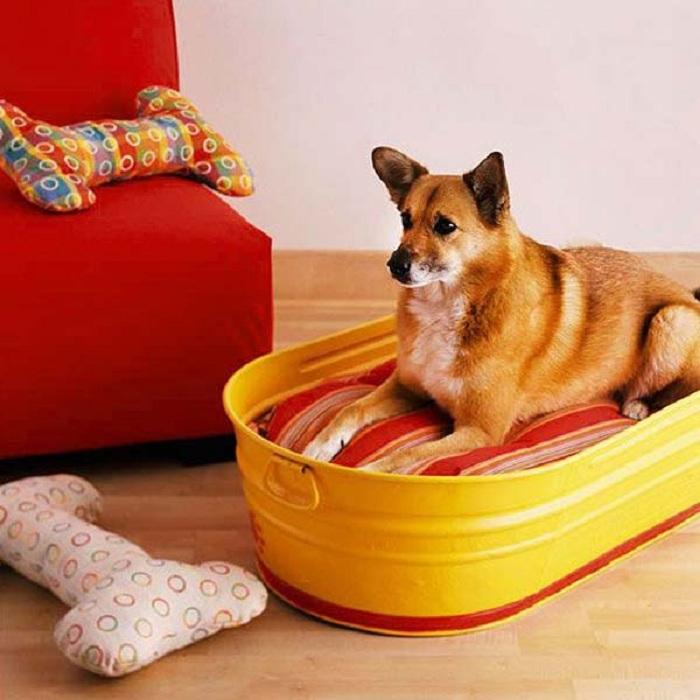 Отличный вариант оформления места для отдыха вашего домашнего любимца, возможно оформить при помощи старой оцинкованной ванной.