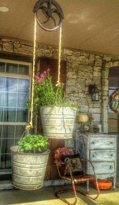 Необыкновенные горшки из оцинкованных ведер - просто и оригинально украсят двор около дома.