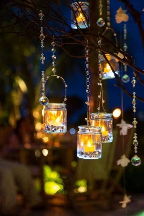 Ночью стеклянные подсвечники выглядят волшебно и создают прекрасную загадочную атмосферу.
