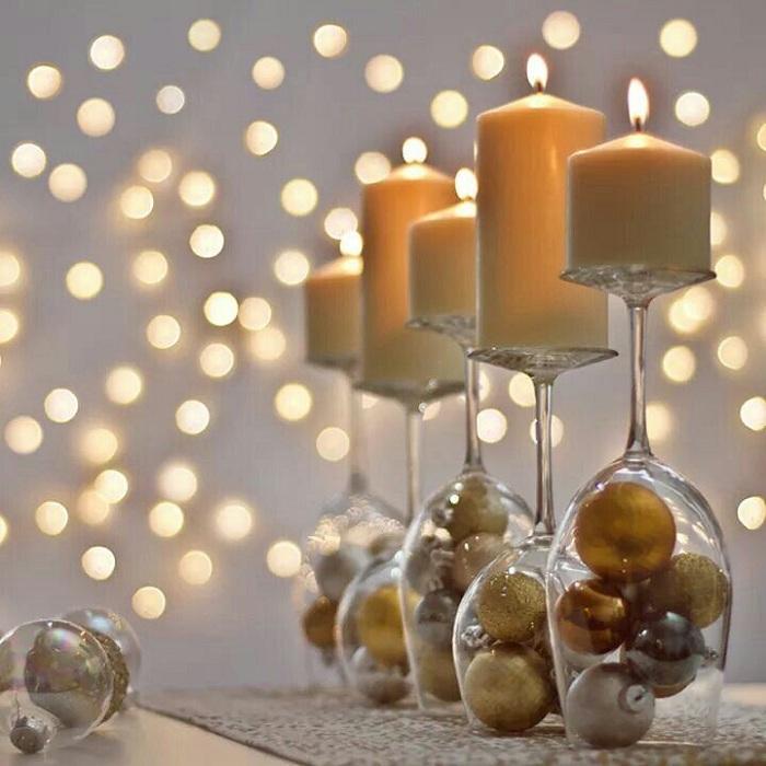 Бокал можно заполнить совершенно любым декором, подходящим по тематике вечера, например, новогодними шарами.